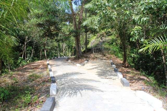 Jika anda pergi ke makam ini menggunakan sepeda motor, anda bisa memilih jalur kiri, sedangkan jika berjalan kaki boleh naik tangga melalui jalur kanan. Jalur kanan akan langsung sampai ke Makam Teuku Umar
