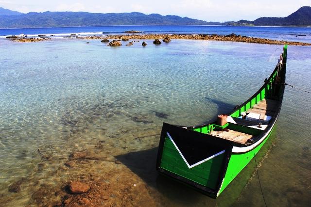 boat-menghadap-ke-pulau-breuh